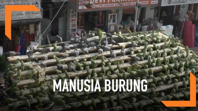 Seorang pria asal India memberi makan ribuan burung parkit di atap rumahnya. Kebiasaan ini telah ia jalani selama 15 tahun.