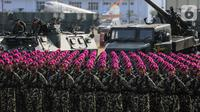 Personel TNI mengikuti upacara saat gladi bersih HUT ke-74 TNI di Lanud Halim Perdanakusuma, Jakarta, Kamis (3/10/2019). Sejumlah alutsista dikerahkan untuk memeriahkan parade HUT ke-74 TNI. (Liputan6.com/Faizal Fanani)