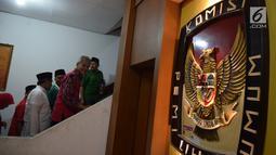 Cagub Jateng Ganjar Pranowo didampingi Cawagub Taj Yasin saat mendaftar di KPUD Jateng, Semarang, Selasa (9/1). Pasangan calon yang diusung PDI-P untuk Pilkada Jateng Ganjar Pranowo-Taj Yasin mendaftarkan diri ke KPU Provinsi Jateng. (Liputan6.com/Gholib)
