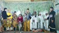 Di tengah pandemi Covid-19, para seniman ketoprak yang tergabung dalam Paguyuban Kethoprak Sayung Mulyo itu tak bisa terus-terusan berdiam diri dan menerima nasib begitu saja. Mereka mulai pentas kembali. (Liputan6.com/ Kusfitria Marstyasih)