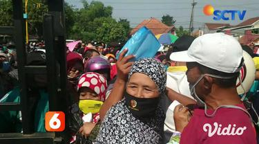 Ratusan warga dari 14 desa di Kabupaten Mojokerto, Jawa Timur, Jumat pagi mengantri tanpa jaga jarak hingga berjam-jam. Kedatangan mereka untuk mengambil bantuan sosial warga terdampak Covid-19, sebesar Rp 600 ribu di kantor kecamatan setempat.