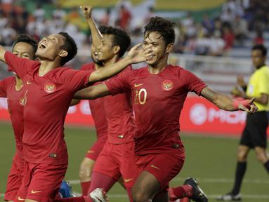 Para pemain Timnas Indonesia U-22 merayakan gol yang dicetak Evan Dimas ke gawang Myanmar U-22 di Stadion Rizal Memorial, Manila, Sabtu (7/12). Indonesia menang 4-2 atas Myanmar. (Bola.com/M Iqbal Ichsan)