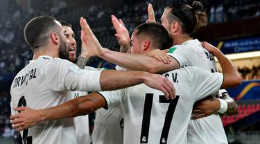 Para pemain Real Madrid merayakan gol yang dicetak Gareth Bale ke gawang Kashima Antlers pada laga Piala Dunia Antarklub di Stadion Zayed Sports City, Abu Dhabi, Rabu (19/12). Madrid menang 3-1 atas Kashima. (AFP/Giuseppe Cacace)