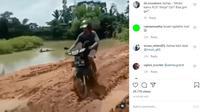 Seorang pengendara motor bebek nekat menerabas jalanan berlumpur sehingga menyita perhatian pengguna jalan lainnya. (Instagram @agoez_bandz4)