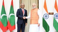 Presiden Maladewa Ibrahim Mohamed Solih (kiri) berjabat tangan dengan Perdana Menteri India Narendra Modi (kanan) dalam pertemuan di New Delhi, Senin 17 Desember 2018 (AP Photo)