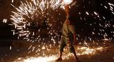 Seorang anak laki-laki bermain kembang api saat merayakan puasa bulan suci Ramadhan di sepanjang gang di Kota Gaza, Palestina, Selasa (20/4/2021). Umat muslim dunia melangsungkan puasa selama satu bulan penuh pada bulan suci Ramadhan. (AP Photo/Adel Hana)