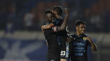 Selebrasi gol pemain Persib pada laga lanjutan Piala Presiden 2019 yang berlangsung di Stadion Si Jalak Harupat, Kabupaen Bandung, Selasa (12/3). Persib Menang 4-0 atas Perseru. (Bola.com/Yoppy Renato)
