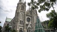 Sebuah pohon Natal sedang dalam proses pembuatan di Gereja Katedral, Jakarta pada Rabu (16/12/2020). Gereja Katedral Jakarta membuat pohon natal dengan tinggi lebih dari 10 meter dalam rangka menyambut perayaan Natal. (Liputan6.com/Faizal Fanani)