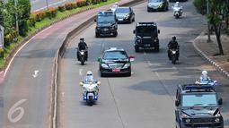 Mobil yang membawa Raja Arab Saudi Salman bin Abdulaziz Al Saud bergerak menuju Gedung DPR/MPR RI, Senayan, Jakarta, Kamis (2/3). Sebanyak 15 motor pengawal mengamankan Raja Salman saat perjalanan ke Gedung DPR. (Liputan6.com/Faizal Fanani)