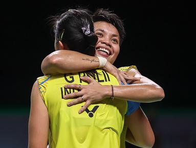 Ganda Putri Indonesia, Greysia Polii/Apriyani Rahayu, melakukan selebrasi usai menaklukkan wakil Thailand, Jongkolphan Kititharakul/Rawinda Prajongjai, pada laga Thailand Terbuka, Minggu (17/01/2021). Greysia/Apriyani mengalahkan pasangan tuan rumah dengan skor 21-15, 21-12. (AFP/BADMINTON ASSOCIATI