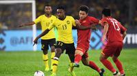 Pemain Timnas Malaysia, Mohamadou Sumareh (13), saat laga final Piala AFF 2018 melawan Vietnam di Stadion Nasional, Bukit Jalil (11/12/2018). (AFP/Mohd Rasfan)