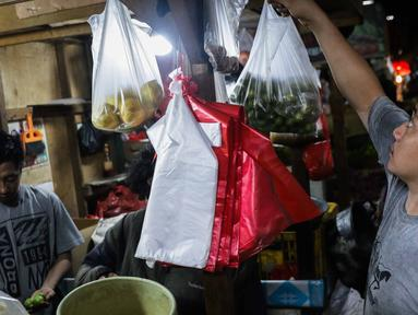 Aktivitas jual beli di Pasar Tradisional Senen, Jakarta, Rabu (8/1/2020). Gubernur DKI Jakarta Anies Baswedan mengeluarkan pergub tentang larangan kantong plastik sekali pakai di mal, swalayan, hingga pasar. Larangan ini efektif berlaku mulai Juli 2020. (Liputan6.com/Faizal Fanani)