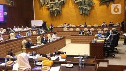 Suasana rapat kerja antara Menteri Perhubungan Budi Karya Sumadi dengan Komisi V DPR di Kompleks Parlemen, Senayan, Jakarta, Senin (25/1/2021). Rapat kerja tersebut membahas evaluasi pelaksanaan anggaran tahun 2020 serta program kerja Kementerian Perhubungan tahun 2021. (Liputan6.com/Angga Yuniar)