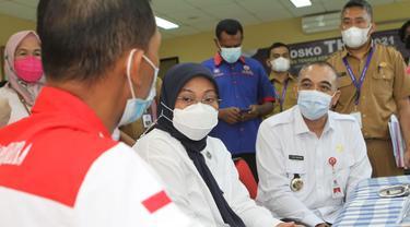Menaker Ida Fauziyah meninjau Posko  THR di Kabupaten Tangerang
