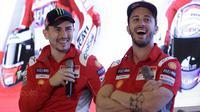 "Pebalap Ducati, Andrea Dovizioso dan Jorge Lorenzo, tertawa saat jumpa pers di Hotel Sheraton, Jakarta, Kamis 1/2/2018). Acara tersebut dalam rangka kampanye Shell Advance ""Libas Tantanganmu. (Bola.com/M Iqbal Ichsan)"