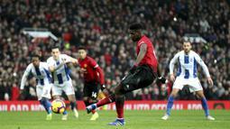Gelandang Manchester United, Paul Pogba, mencetak gol melalui tendangan penalti pada laga Premier League di Stadion Old Trafford, Sabtu (19/1). Manchester United menang 2-1 atas Brighton and Hove Albion. (AP/Martin Rickett)
