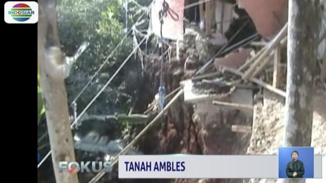 Amblesnya tanah yang mencapai kedalaman hingga enam meter ini menyebabkan struktur bangunan rumah warga rusak.