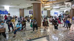 Pedagang antre untuk menjalani vaksinasi COVID-19 di Pasar Tanah Abang Blok A, Jakarta, Kamis (25/2/2021). Menkeu Sri Mulyani optimis pertumbuhan ekonomi Indonesia tahun ini ada pada 4,5-5,3 persen karena adanya dukungan program vaksinasi COVID-19 sebagai penentu. (Liputan6.com/Faizal Fanani)