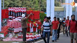 Di antara segelintir suporter, masih ada pedagang yang mengadu nasib menjajakan beragam aksesoris Timnas Indonesia di Stadion GBK Jakarta saat kualifikasi Piala AFC U19 Grup G (Liputan6.com/Helmi Fithriansyah)