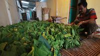 Aris Sandi, petani tembakau di Desa Jatiguwi, Kabupaten Malang di depan hasil panennya (Liputan6.com/Zainul Arifin)