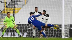 Gelandang Chelsea, Mason Mount melepaskan tendangan ke gawang Fulham yang berbuah gol dalam laga lanjutan Liga Inggris 2020/21 pekan ke-18 di Craven Cottage, Sabtu (16/1/2021). Chelsea menang 1-0 atas Fulham. (AFP/Mike Hewitt/Pool)