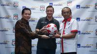 Sesmenpora apresiasi kehadiran legenda Liverpool Vladimir Smicer ke Indonesia. (foto: dok. Kemenpora)