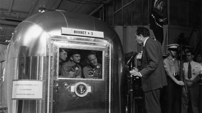 Presiden ke-37 Amerika Serikat, Richard Nixon, sedang berkunjung ke NASA dan menyapa Armstrong, Aldrin, dan Michael Collins. (NASA)