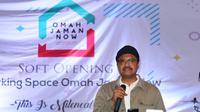 Calon Gubernur Jawa Timur Saifullah Yusuf (Gus Ipul) mengapresiasi berdirinya Omah Jaman Now yang ada di Jalan Bali Nomor 24, Kota Surabaya, Jumat (2/2/2018). (Liputan6.com/Dian Kurniawan)