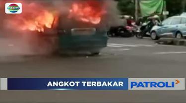 Diduga konsleting listrik, sebuah angkutan kota di Depok, Jawa Barat hangus terbakar.