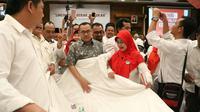 Calon Gubernur Jawa Tengah Sudirman Said membentangkan kain dalam rangka saweran biaya pilkada (Tim Media Sudirman Said)