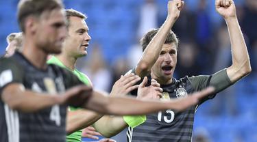 Pemain Jerman, Thomas Muller merayakan kemenangan timnya usai mengalahkan Norwegia 3-0 pada kualifikasi piala Dunia 2018 di Stadion Ullevaal, Oslo (5/9/2016) dini hari WIB. (AFP/ John Macdougall)