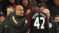 Pelatih Manchester City, Pep Guardiola, merayakan gol yang dicetak Yaya Toure ke gawang Crystal Palace. Pada laga itu Toure berhasil mencetak dua buah gol. (Reuters/John Sibley)
