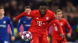 2. Alphonso Davies - Davies memiliki peran penting bagi langkah Bayern Munchen untuk bisa sampai ke babak final Liga Champions musim ini. Pemain berusia 19 tahun ini melengkapi ketajam Lewandowski di lini depan Bayern Munchen dengan suplai-suplai bolanya. (AFP/Glyn Kirk)