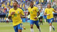 Striker Brasil, Neymar, melakukan selebrasi usai mencetak gol ke gawang Meksiko pada laga 16 besar Piala Dunia di Stadion Samara, Senin (2/7/2018). Brasil menang 2-0 atas Meksiko. (AP/Frank Augstein)