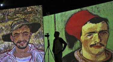 Seorang pria mengambil video dalam pameran lukisan Vincent van Gogh versi digital di Dubai, Uni Emirat Arab, Minggu (11/3). Pameran ini bertema Van Gogh Alive. (AP Photo/Kamran Jebreili)