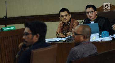 Tersangka dugaan suap terhadap Ketua Pengadilan Tinggi Manado Sudiwardono, Aditya Anugrah Moha (kedua kiri) menyimak keterangan saksi pada sidang lanjutan di Pengadilan Tipikor, Jakarta, Rabu (7/3). (Liputan6.com/Helmi Fithriansyah)