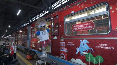 Zabivaka, boneka srigala sang maskot FIFA berdiri di pintu kereta Metro untuk Piala Dunia 2018 pada upacara pembukaan di Moskow, Rusia, Selasa (28/11). Kereta transportasi resmi Piala Dunia 2018 Rusia tersebut diperkenalkan ke publik. (AP/Ivan Sekretarev)