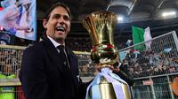 Pelatih Lazio, Simone Inzaghi, melakukan selebrasi usai menjuarai Coppa Italia 2019 setelah mengalahkan Atalanta di Stadion Olympic, Roma, Rabu (15/5). Lazio menang 2-0 atas Atalanta. (AFP/Vincenzo Pinto)