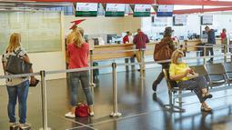 Para penumpang menunggu di Bandara Internasional Wina di Wina, Austria, pada 15 Juli 2020. Jumlah volume penumpang di Bandara Internasional Wina selama periode Januari hingga Juni 2020 turun 65,3 persen ke angka 5,1 juta. (Xinhua/Georges Schneider)