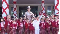 Yuni Shara di sekolah miliknya di Batu, Malang. (dok.Instagram @cahayapermataabadi/https://www.instagram.com/p/BmkwGEBnaXE/Henry)
