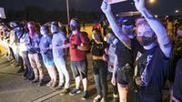 Demonstran di tempat kejadian meninggalnya pria kulit hitam di Atlanta, AS. (AP/ Ben Gray)