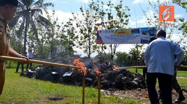 Ribuan jaring penangkap benih udang lobster hasil operasi gabungan TNI AL dan Kementrian KKP dimusnahkan di Mako Lanal Bengkulu. (Liputan6.com/Yuliardi Hardjo)