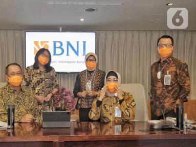 Direktur Utama BNI Royke Tumilaar (kedua kiri) didampingi jajaran Direksi BNI foto bersama di sela-sela Public Expose BNI Tahun 2020 di Jakarta, Jumat (29/01/2021). BNI menyalurkan kredit sebesar Rp 586,2 triliun atau tumbuh 5,3% YoY pada 2020. (Liputan6.com/Pool)