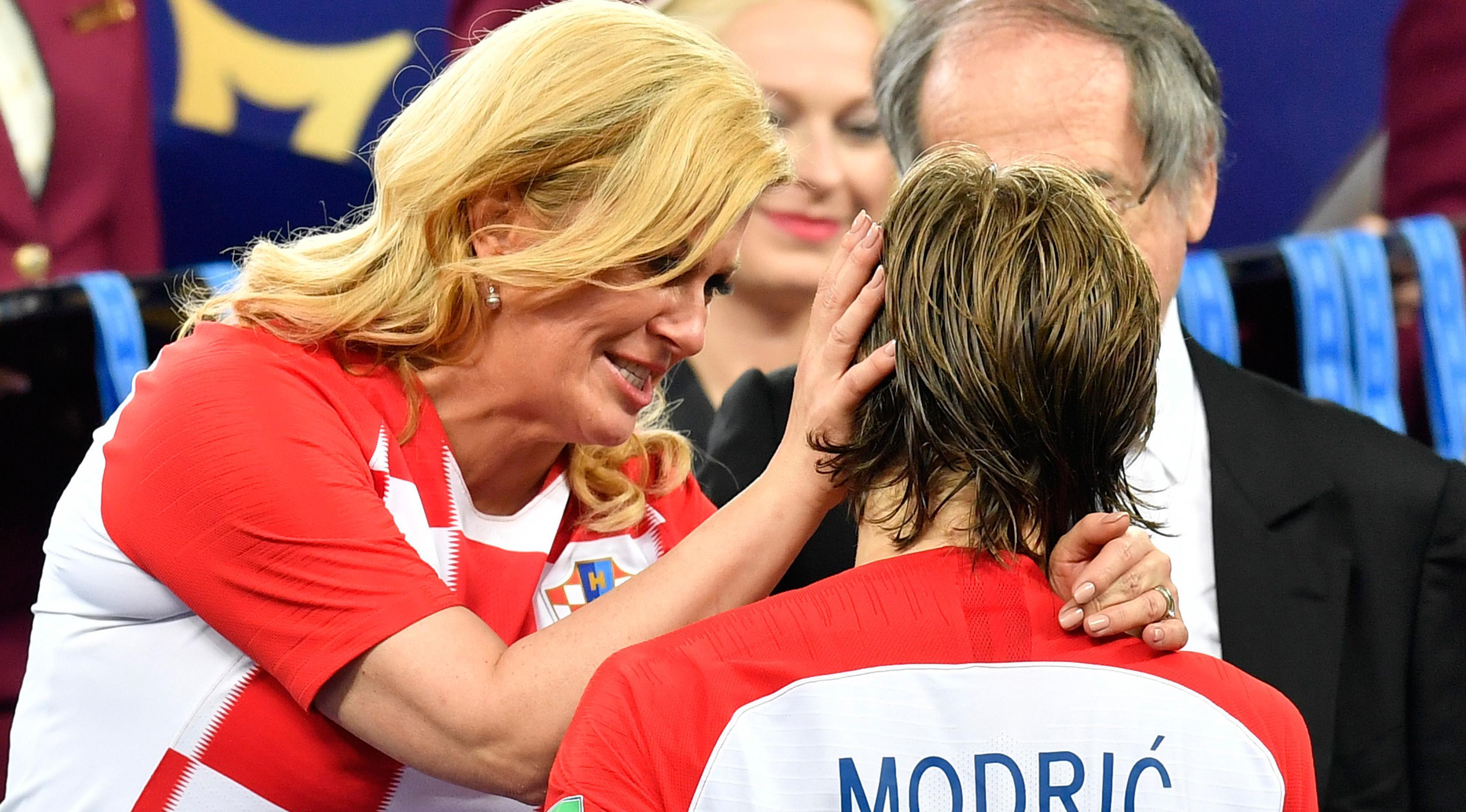 Presiden Kroasia, Kolinda Grabar-Kitarovic memeluk Kapten timnas Kroasia, Luka Modric pada akhir laga final Piala Dunia 2018 di Luzhniki Stadium, Minggu (15/7). Kroasia harus puas menjadi runner-up seusai kalah 2-4 melawan Prancis. (AP/Martin Meissner)
