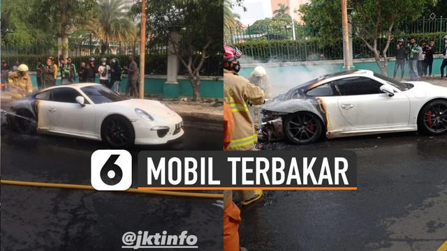 Beredar video mobil sport berwarna putih terbakar di Jalan Raya Bulevard, Pegangsan Dua, Kelapa Gading, Jakarta Utara.