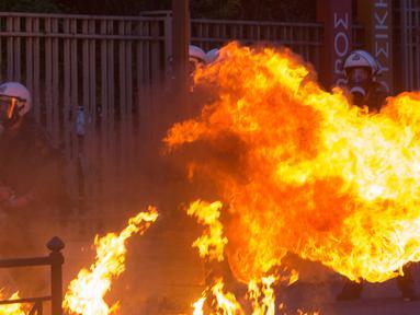 Bom molotov yang dilemparkan pengunjuk rasa terbakar di dekat polisi antihuru-hara saat unjuk rasa di Athena, Yunani, pada 3 Juni 2020. Ribuan orang ambil bagian dalam aksi unjuk rasa menuntut keadilan atas kematian kematian warga Afrika-Amerika yang bernama George Floyd. (Xinhua/Marios Lolos)
