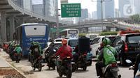 Kepadatan arus lalu lintas jalan Jenderal Gatot Subroto, Jakarta, Jumat (6/8/2021). Dirlantas Polda Metro Jaya mencatat, pada pelaksanaan PPKM level 4 minggu kedua terdapat kenaikan mobilitas warga Jakarta sebesar 26 persen dibanding saat PPKM Darurat dan PPKM Mikro. (Liputan6.com/Helmi Fithriansyah