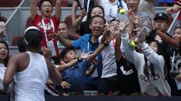 Petenis Jepang, Naomi Osaka memberikan bola kepada penonton setelah mengalahkan Alison Riske dari Amerika Serikat pada putaran ketiga pertandingan tunggal putri kejuaraan tenis China Terbuka 2019 di National Tennis Center, Beijing, China, Kamis (3/10/2019). (AP Photo/Andy Wong)
