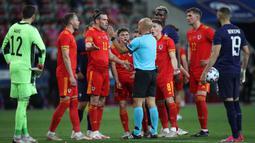 Gelandang Wales, Gareth Bale (ketiga dari kiri) dan rekan setim memprotes wasit Luis Godinho yang memberi hadiah penalti untuk Prancis dalam laga uji coba menjelang berlangsungnya Euro 2020 di Allianz Riviera Stadium, Nice, Rabu (2/6/2021). Wales kalah 0-3 dari Prancis. (AP/Daniel Cole)