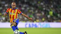 Aksi striker Valencia, Simone Zaza pada laga kontra Real Betis, pada laga lanjutan La Liga 2017-2018, di Stadion Benito Villamarin, Senin (16/10/2017) dini hari WIB.  (AFP/Cristina Quicler)